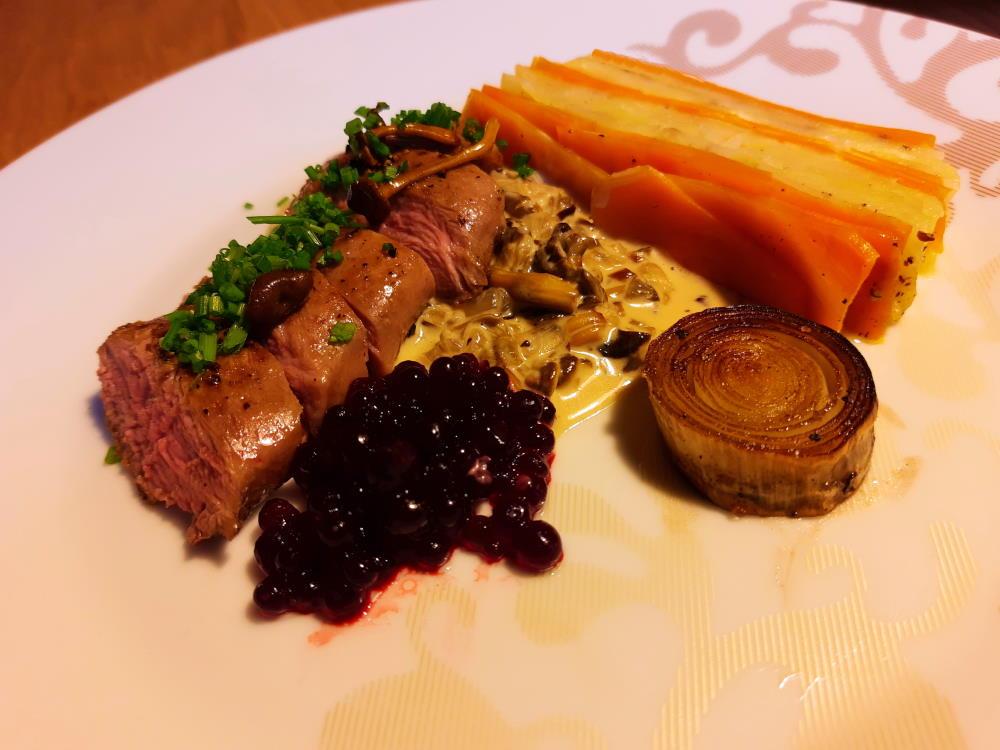 Teertä suppiskastikkeessa, porkkana-peruna kakku ja punajuurikaviaaria