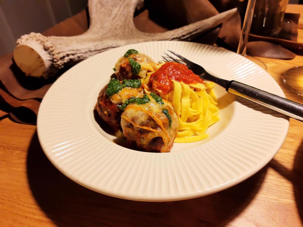 Hirvipyörykät, pastaa, pestoa ja mozzarellaa.