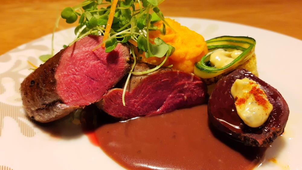Teeren rintaa punanviinikastikeessa. Bataatti-porkana sose, savustettuja punajuuria ja sinihomejuusto kreemiä sekä kesän makuisia vihanneksia.